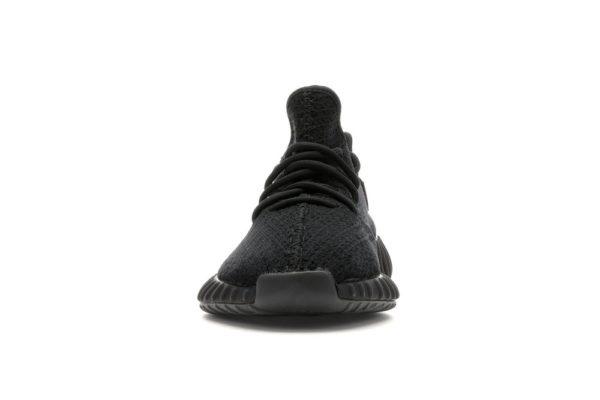 Photo de l'avant de la paire de chaussures Yeezy Bred ou on voit les lacets noirs